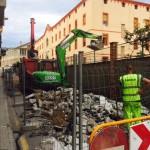 Protección con vallado de obra, señalización y demolición de pavimento
