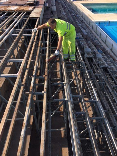 Saneamiento y protección de zonas sueltas u oxidadas de la estructura