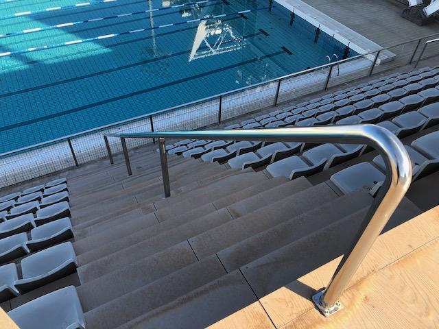 Detalle de barandilla central de escalera de 60 mm de diámetro de acero inoxidable AISI316