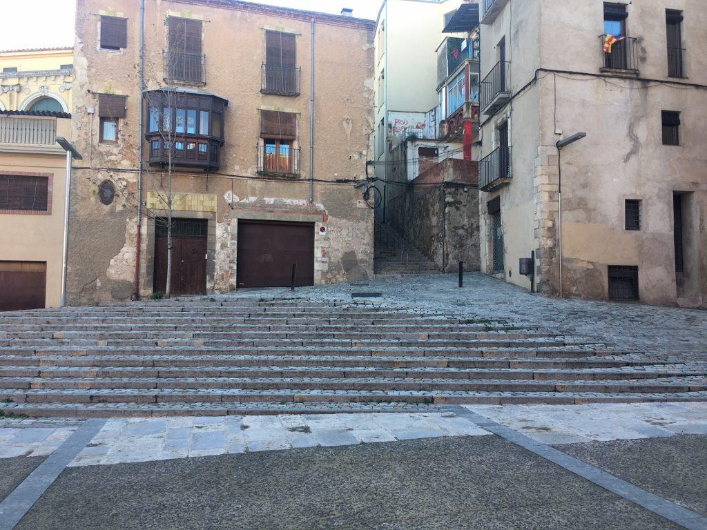 Vista general de la pavimentación sobre parking y formación de las escaleras