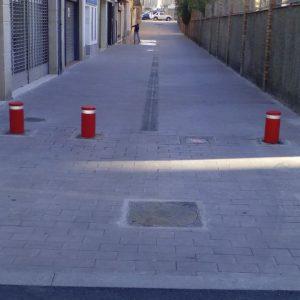 Remodelación terminada de calle en Calella, incluyendo colocación de pilonas.