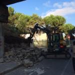 Giratoria de cadenas ejecutando los trabajos de demolición y desescombro