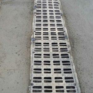 Colocación de rejas de drenaje en paso a nivel