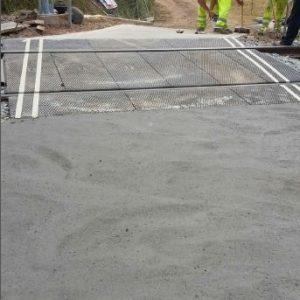 Acabado plano y rugoso del hormigón para el paso a nivel de Ripoll
