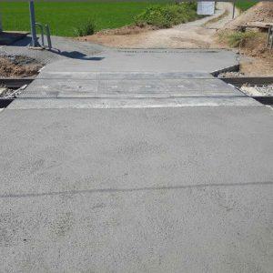 Hormigonado del paso a nivel enrasado con STRAIL, con acabado rugoso apto para adherencia del tráfico rodado.