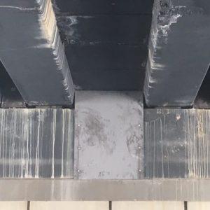 Colocación de planchas metálicas para cubrir huecos por donde se salía balasto de la vía.