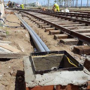 Vaciado entre traviesas de balasto contaminado y tierras para preparar el hormigonado de la plataforma