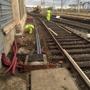 Colocación de tubos de instalaciones que quedarán soterrados en losa de hormigón, y malla electrosoldada como armado de dicha losa.