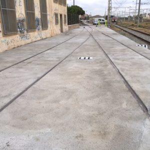 Plataforma de hormigón en vía terminada en la estación de RENFE de Mataró, acabado rugoso.