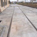 Losa de hormigón realizada, con pasos de instalaciones y arquetas con tapas de fundición D-400 aptas para tráfico pesado
