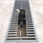 Vista del cambio de vía y de la reja hecha a medida para proteger el hueco creado por el hormigonado de la plataforma.