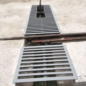 Otra vista del cambio y de la reja metálica hecha a medida para la protección del hueco creado al ejecutar la losa de hormigón para cubrir la zona de vías de servicio en la estación de RENFE de Mataró.