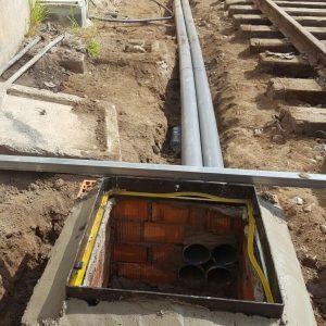 Ejecución de arqueta y prisma de instalaciones con cuatro tubos de diámetro 110