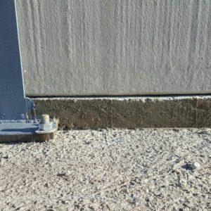 En zonas en las que es necesario escalonar el muro, se ha recalzado el apoyo de las placas para conseguir el nivel adecuado