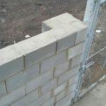 En zonas con afectación a Gas Natural se ha cambiado placa alveolar con cimentación profunda por muro de bloque de cemento relleno de hormigón armado y zapata corrida