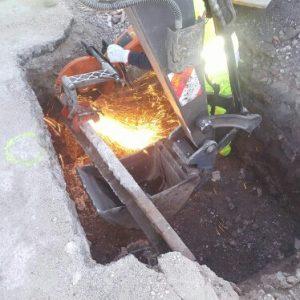 Corte rail enterrado en pozo de cimentación