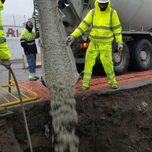 Vertido del hormigón pobre en los pozos de cimentación