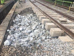 Suministro y colocación de granito de machaqueo de cantera hasta llegar a la base de la vía