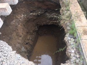 Aspecto del socavón antes de drenar toda el agua