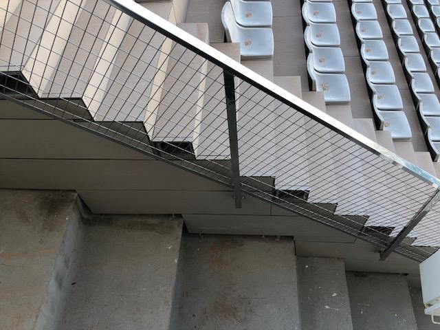 Tapa lateral de gradas protegida con nueva barandilla de acero inoxidable AISI316