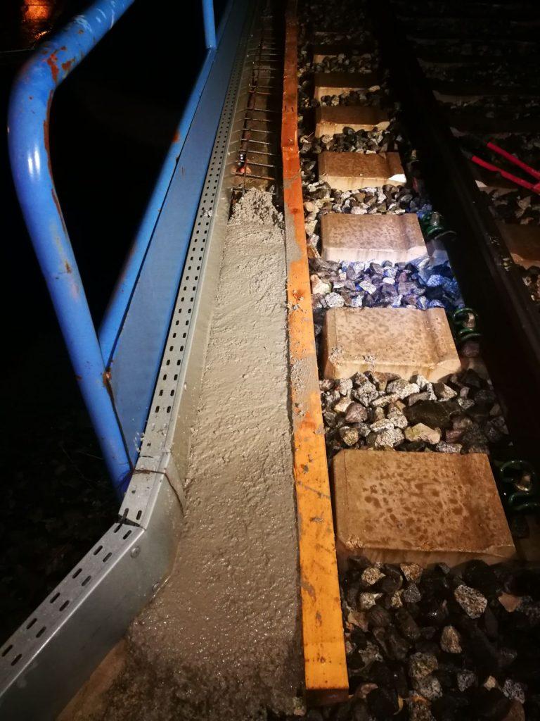 Formación de cimentación de zapata corrida para posterior anclaje de barandilla